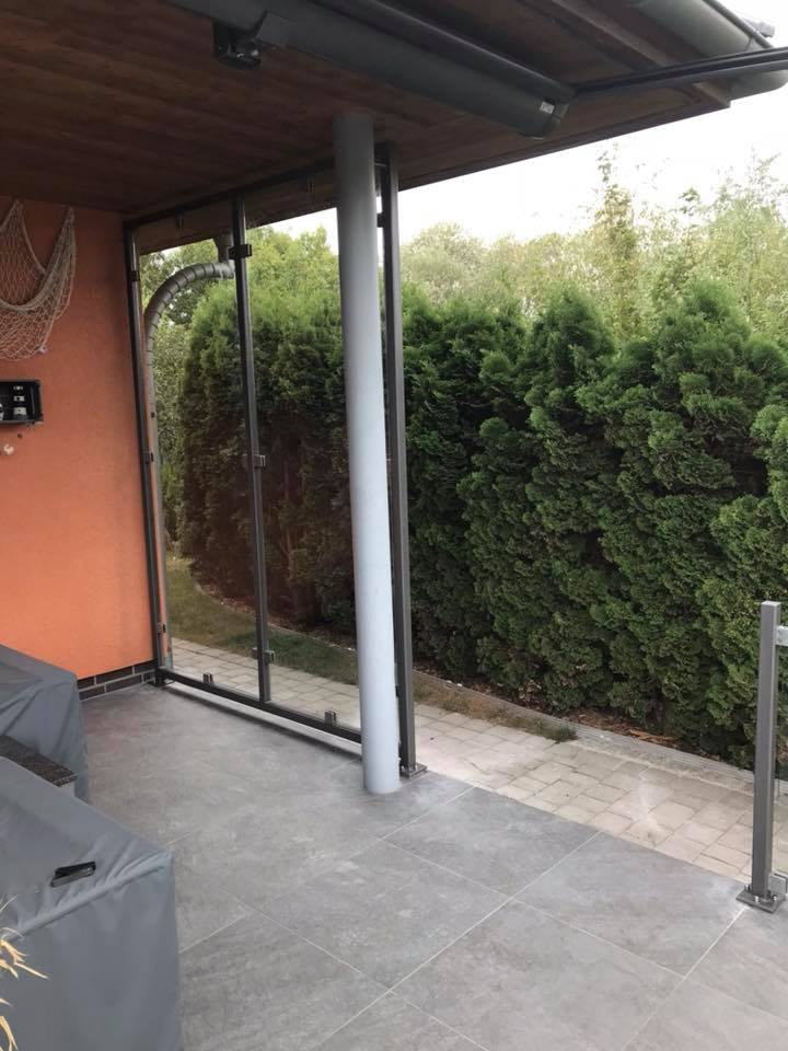 Terrasse aus Beton, Glas und Metall