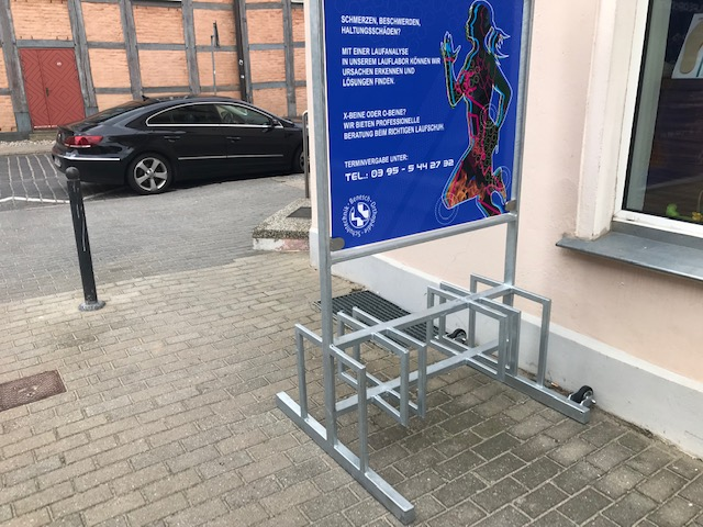 Fahrradständer ist mit der Werbetafel komplett