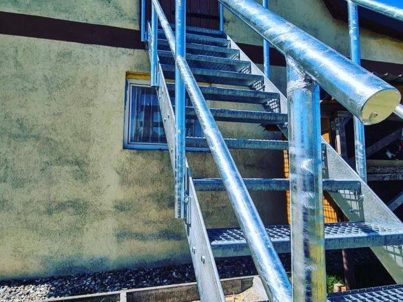 Treppe mit verzinktem Edelstahl
